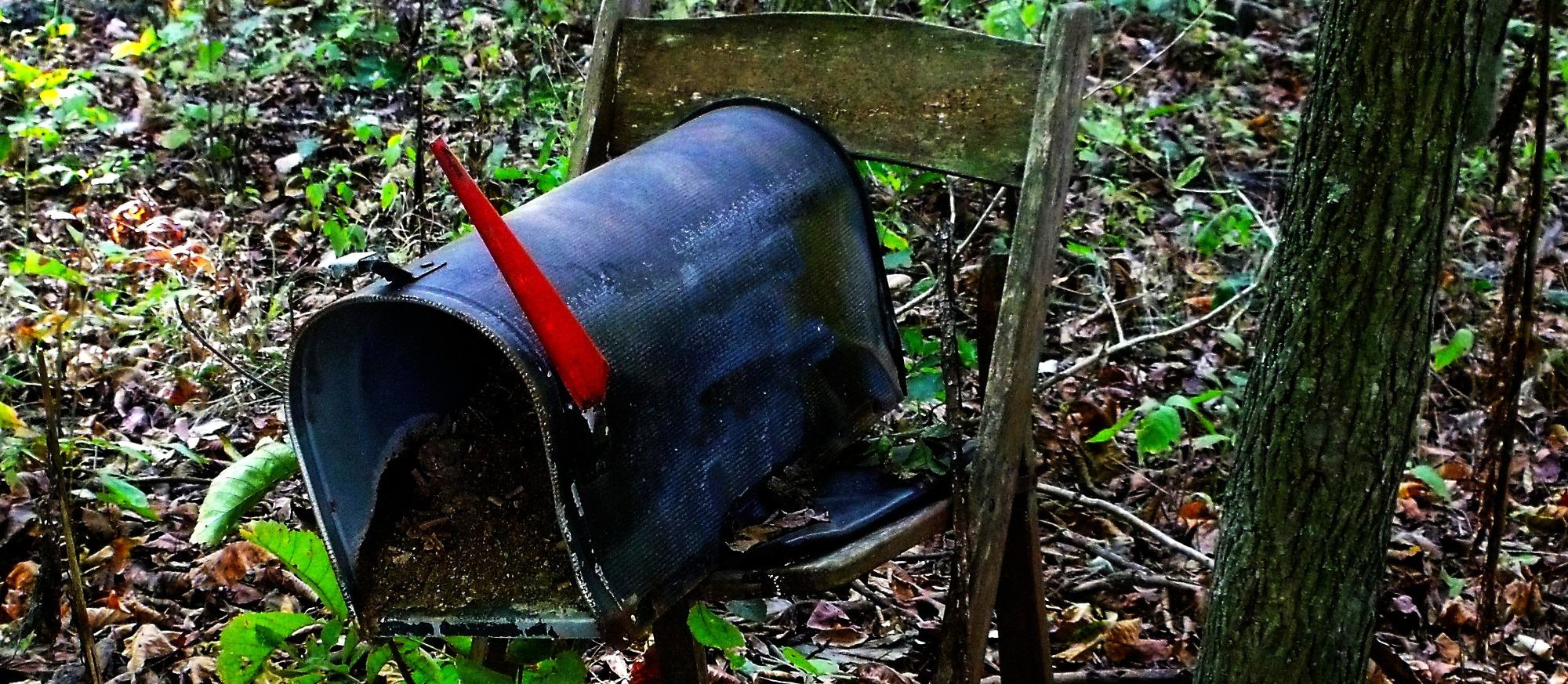 Kaputter Briefkasten im Wald