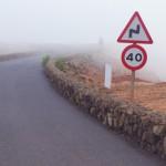 Kurvige Strasse verschwindet am Horizont