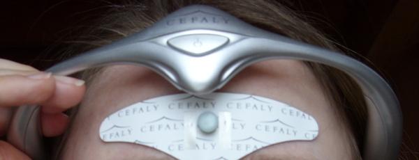 Cefaly wird von oben auf die Elektrode geschoben